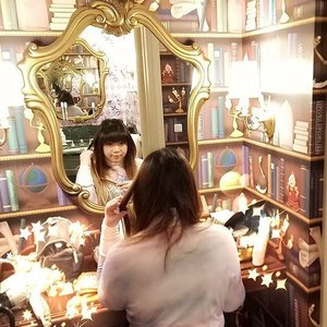 Mirror... Mirror on the wall.. Who's the fairest of them all?  Well,  i know that's a wrong Disney story since we got the #beautyandthebeastroom but let's just pretend that it's a Snow White one okay?  And pretend all those bullshit belonging to 3 different women in the vanity HAHAHA!  #disney #disneyhotel  #japan #japantrip #japantrip2017 #winter #winterholiday #jalanjalan #funtime #disneylandhotel #clozetteid #clozettedaily #blogger #lifestyle #travelblogger #indonesianblogger #indonesiantravelblogger #surabayablogger #surabayatravelblogger #mommyblogger #wanderlust #itchyfeet #tokyo #pinkinjapan #girl #tokyodisneylandhotel #throwback #missjapanalready #pinkintokyo