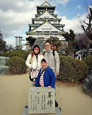 #familypic in #osakacastle !#travel #trip #wanderlust #jalanjalan #lifestyle #clozetteid #clozettedaily #blogger #bblogger #indonesianblogger #surabayablogger #travelblogger #indonesiantravelblogger #surabayatravelblogger #bloggerceria #bloggerceriaid  #japantrip #japantrip2017 #winter #wintertrip #exploringjapan #wanderer  #pinkinjapan  #funtime #familytrip #japanadventure #pinkinosaka #myhappylittlefamily