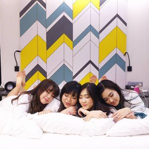 Sleeping beauties or telletubbies? Coz we definitely were cozy huddling together in @thekljournal 's super comfy bed 😄  To learn more about the hotel, go to :  http://bit.ly/kljournal1  #review #hotelreview #kljournal #bookmarkyourexperience #aphroditesXkljournal #aphroditesoverseas #girls #clozetteid #beautynesiamember #sbybeautyblogger #bloggerceria #blogger #bblogger  #beautybloggerid #beautybloggerindonesia #influencer #beautyinfluencer  #travel #trip #wanderlust #jalanjalan #pinkinKL #pinkinKualaLumpur #kualalumpur #pinkinmalaysia #malaysia #travelblogger #vlogger #mygirlsquadisbetterthanyours