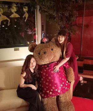 Just me,  Bae and a giant Teddy 😄  #throwback #niece #auntandniece #chinesenewyear #cny #chinesenewyear2017 #family #bloodisthickerthanwater #gongxi #gongxigongxi #gongxifacai #lifestyle #clozetteid #clozettedaily #surabaya #blogger #indonesianblogger #surabayablogger #lifestyleblogger #surabayalifestyleblogger #indonesianlifestyleblogger #red #dressedinred #happycny #jwmariott #surabaya #jwmariottsurabaya #giantteddybear #girls #asian