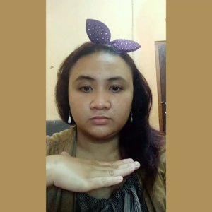 Makeup look kayak gini biasa aku pakai kerja dan bisa dibilang daily look aku juga sih. Simple & gak ribet juga.  Yang penting mukanya gak pecah-pecah, gak kayak ubur-ubur & alisnya gak kayak lintah saja 😂. There is NO MERCY FOR YOU, TYLO_FAMS!🎃 @purbasarimakeupid Pelembab.  @wardahbeauty Pensil Alis Coklat.  @viva.cosmetics eyeshadow Seri E.  @purbasarimakeupid Intense Color Liquid Liner Jet Black.  @wardahbeauty Perfect Curl Mascara.  @pixycosmetics 4BB BB Cream Beige 03.  @viva.cosmetics Bedak Doos Kuning Langsat.  @eminacosmetics Cheeklit Blush Pressed Sugarcane.  @latulipecosmetiques_ Lip Tint Red Velvet.  @pixycosmetics contour. #bloggerindonesia #bloggerperempuan  #beautynesiablogger  #indonesianfemaleblogger #beautiesquad #emak2blogger #indonesiabeautyblogger #indonesianbeautyblogger #kbbvmember  #sociollabloggernetwork  #indonesianbeautyblogger #mombloggercommunity #smartbeautycom #BeautyCollabID #beautysocietyid #itsbeautycommunity #BVloggersJateng #beautychannelid #girlscreationid #lavinatutorial #beautysecretsquad #beautyvloggerindonesia #tutorialmakeup  #indobeautygram #indobeautysquad #indobeautyinfluencer #clozetteid #beautyfeatid