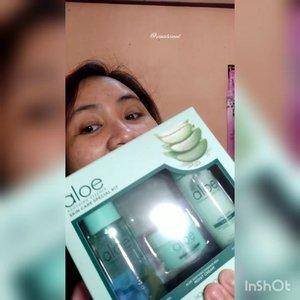 Aku seneng banget karena aku berkesempatan mencoba salah satu produk terbaru @holikaholika_indonesia yaitu ALOE SOOTHING ESSENCE SKINCARE SPECIAL KIT & ALOE 99% SOOTHING GEL FRESH MOISTURIZER. Aloe Soothing Essence Skincare Special Kit isinya ada 3 yaitu Toner, Emulsion, & Moist Cream yang berfungsi melembabkan, menenangkan, anti Inflamasi & mencerahkan. Semua produk ini TANPA ALKOHOL genks 😆. Aku sudah mencoba rutin kedua produk ini selama kurang lebih seminggu sebelum tidur. Kulit wajah aku cenderung berminyak & kusam sementara kulit dibadan aku kering. Dan puji Tuhan sesudah pakai Special Kit & Aloe Gel dari @holikaholika_indonesia kulit wajah & badan aku jadi lebih kenyal, glowy, tidak mudah kusam, tidak kasar, lembab tapi gak becek oily gitu, efek mencerahkannya mantulss bingiiiitt & Haluuus paraaah serta tidak ada bau alkohol sama sekali genks 🤗Ini sangat recommended banget dan ini bisa untuk semua jenis kulit. Terimakasih @beautyfeat.id & @holikaholika_indonesia ☺️ #SOS #SootheOurSkin #clozetteid #lavinareview