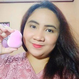 Terimakasih kepada @beautysecretsquad & @tammia_indonesia karena aku diberi kesempatan menang #giveaway Mother's Day beberapa bulan yang lalu. Aku berkesempatan mencoba salah satu sponge blender @tammia_indonesia yang super gemash dan unyu ini. Microfiber Sponge ini tuh bouncy banget, ada fibernya gitu/berpori-pori, lembut, enak & nyaman saat diapply karena gampang banget buat meratakan complexion, cream Blush/powder sekalipun, & dia tidak terlalu banyak menyerap produk.Kalau dibasahin ngembangnya cepet banget dan makin bouncy ljo genks ☺️☺️ Ada sudah pernah cobain #spongeblender #beautyblender satu ini?  Produk satu ini sangat amat patut kalian coba. #tammiaindonesia #clozetteid #lavinareview