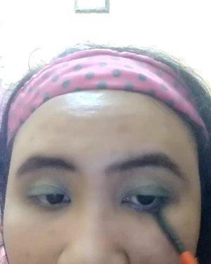 Make-up nyeleneh dipersembahkan oleh Lavina yang sedang KZL karena jaringan si 'merah' syedang lesmot 🙄  DETAIL :  1. @vaselineid Repairing Jelly.  2. @wardahbeauty eyebrow pencil Brown.  3. @viva.cosmetics Pensil Alis Hitam.  4. @eminacosmetics Agent of Brow Brown.  5. @viva.cosmetics eyeshadow seri E  6. @viva.cosmetics eyeshadow Cream Biru.  7. @maybelline Magnum Big Shot Mascara.  8. @wardahbeauty Seaweed Primary Hydrating Booster.  9. @viva.cosmetics Liquid Foundation Kuning Langsat.  10. @wardahbeauty Luminous Liquid Foundation Natural 04.  11. @inezcosmetics Satin Smooth Liquid Foundation Natural 01.  12. @pondsindonesia Magic Powder BB.  13. @inezcosmetics eyeshadow Athena sebagai Blush On (Super Pigmented!!🙂). 14. @wardahbeauty Exclusive Matte Lio Cream sPEACHless 05. #sociollabloggercommunity #socoid #bunnysneedmakeup #bloggerindonesia #bloggerperempuan #bloggersolo #bloggerboyolali #beautynesiablogger #clozetteid #indonesianfemaleblogger #lavinabeautyblog #lavinamakeup  #drugstoremakeup #beautiesquad #emak2blogger #nofilter  #likeapp #likeappvideo #indonesiabeautyblogger #indonesianbeautyblogger #kbbvmember #wakeupandmakeup #indonesiafemaleblogger #localcosmetics #lavinatutorial #lavinareview  #sociollabloggernetwork #sociollablogger #indonesianbeautybloggers #mombloggercommunity
