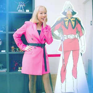 Di foto oleh tripod di Gundam Base Tokyo, Odaiba. Untung gak rame jd bs foto bareng Char Aznable standing Character leluasa 😁 . . #radenayublog #throwback #throwbackthursday #tbt #gundambasetokyo #charaznable #redcomet #pinkblazer #Clozetteid
