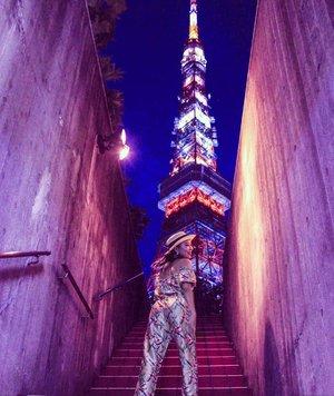 Semoga virus Corona bisa cepet ketemu anti virus nya biar bisa pulang kampung lg taun ini 🙏Baca kumpulan tips traveling ke Jepang di #linkinbio ..#throwback #radenayublog #tokyotower #japan #tokyo #Clozetteid