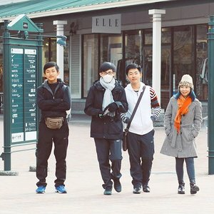 Nah ini preview cover album band terbaru 😹😹tapi boong.... Jadi ini tadi pagi sampe Gotemba Premium outlet dgn tangan nyaris kosong, balik ke Tokyo udh beli koper baru yg kerisi penuh barang titipan @airfrov_id 😎😎😎 Anyway, fotonya bagus karena pake camera berlensa kecenya @rahmimimi 😘  #airfrovgoestojapan #japan #airfrovshoppingtrip #jepang #gotemba #gotembapremiumoutlet #clozetteid