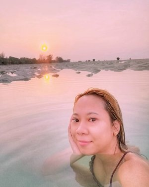 Menanti kapan bisa liat sunrise di pantai begini lagi.....#throwback #sunrise #beach #bikini #radenayublog #Clozetteid #pantai #pulauseribu