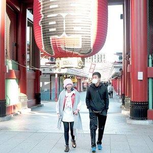 Selain nambah pengalaman seru, traveling bisa nambah temen juga lho!! Anyway, kalo mw foto di Asakusa dateng pagi-pagi jd gak rame 😄😁Jangan lupa baca blog post terbaru tentang liburan musim dingin di Jepang, klik aja link di bio or http://bit.ly/tokyowinter 🗼🇯🇵 📷 @angdri#traveltokyo #kaminarimon #asakusa #clozetteid