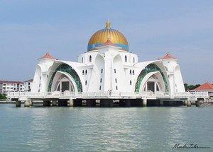Assalamualaikum.. Masjid Terapung di Selat Melaka - Malaysia.Simak perjalanan saya melihat Indahnya Masjid Terapung Selat Melaka dengan menggunakan mobil amphibi. .Silakan cek di http://bit.ly/1YhSyMR atau klik link yg ada di bio saya. Terima kasiih 😆.#blogspot #blogindonesia #malacca #clozette #clozetteid #blog #masjidterapung