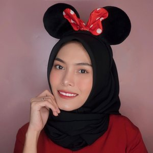 Gemes banget deh, tahun ini @LakmeMakeup lagi berkolaborasi dgn Minnie Mouse! Secara kan Minnie mouse and Mickey mouse itu couple goals banget, jadi pas nih buat Valentine's day look.Produknya itu ada 3 warna Weightless Lip Matte (Giggle, Dainty, dan Smooch) dan shade favorit aku adalah Smooch. Warna merahnya cocok banget buat look jadi lebih keliatan cerah. Anw, di look aku kali ini, aku bikin ombre lips pakai 2 shade yaitu Giggle dan Smooch.Selain itu, ada Limited Edition Cushion nya juga loh dilengkapi sticker Minnie mouse yg bisa dicustomize sendiri sesuai keinginan. Btw, produk2 ini udah ada di toko2 offline dan buat online udah ada di Shopee. Yuk buruan cobain, soalnya limited edition banget! Get ready for Valentine's date! ❤️ #lakmemattemehappy #lakmemakeup