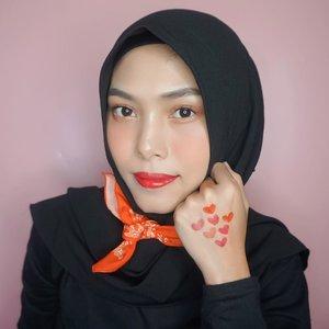 ‼️GIVEAWAY ALERT‼️ Abis liat postingannya kak @TaraBasro 😍 Jd ikutan pengen foto pakai lipstick merah favorit baruku yaitu Loreal Rouge Signature Empowereds! Ini aku swatch semua shades nya (ada 7 shades), jd kita ga perlu takut lg pakai lipstick merah, krn bisa pilih shade yg sesuai sm kita. Anyway semuanya itu udah available di @shopee loh. Yuk ramaikan hashtag #RedBeatsCOVID sbg bentuk nyata kita melawan COVID 19 bersama Loreal Indonesia! Ada GOODNEWS jg nih buat kalian, krn aku mau kasih bonus buat kalian yg mau bantu aku regram fotoku ini sebanyak-banyaknya, dan nantinya akan ada 3 pemenang beruntung yg bisa dapetin product hamper Loreal Paris senilai total 750 ribu rupiah.Caranya gampang bgt :1. Follow IG aku @Maryahulpah2. Regram sebanyak-banyaknya foto aku ini pakai hashtag #RedBeatsCOVID #GoRougeSignature #RedBeatsCOVIDxTaraBasro #RedBeatsCOVIDxMaryahUlpah3. Periode posting sampai tanggal 19 Mei 2020.So, goodluck! 💙