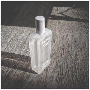 "[Pucelle Eau De Luxe Cologne Finesse] ⠀ ⠀ ⠀ Ini agak ""nyegrak"" gitu wanginya, menurutku. Tapi kalau udah agak lama, lebih lembut, lebih nyaman keciumnya. ⠀ ⠀ Yang suka koleksi parfum murah, lumayan lho ini. Kemasannya kece, kelihatan mevvah, dan kemasannya tuh kaca. Agak rawan sih ya kalau jatuh. Kemasannya juga bisa buat properti foto juga. ⠀ ⠀ Harganya cukup terjangkau, sekitar 30ribuan. Ada beberapa variant kalau gak salah, nanti coba mau beli yang kemasan warna pink. ⠀ ⠀ Ada yang udah coba parfum ini? Lebih enak yang putih ini apa yang variant lain? ⠀ ⠀ ⠀ #pucelle #parfum #cologne #eaudeluxecologne⠀ ⠀ #clozetteid⠀ #beautyblogger"