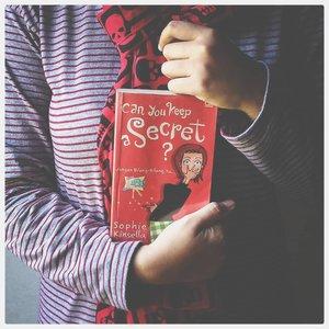 Kamu punya rahasia? Aku, banyak! ⠀⠀Ternyata buku ini bukan buku punyaku. Ini punya mba @dyana_purwandini yang entah beliau sudah tahu atau belum kalau bukunya ada di tanganku, 😂. ⠀Karena buku ini kayaknya aku pinjam dari 8 tahun yang lalu (?) 🤔 aku lupa tepatnya kapan. Jadi, dear mba Dyn, maapkeun saya 🙏🏻⠀⠀Buku ini lucu, rahasia orang yang gak boleh diketahui orang lain tapi mendadak semua rahasia diungkapkan ke orang yang dianggap tak penting.⠀⠀Bacaan ringan buat teman naik kereta api saat mudik. Gak cocok dibaca di dalam bis, bikin mabuk darat (pengalaman pribadi). Buku ini sepertinya, cocok buat remaja. Ketika aku baca lagi sekarang, rasanya kata-kata makiannya kurang nendang. ⠀⠀Ada beberapa hal dalam buku ini yang sama dengan pengalaman pribadiku. Salah satunya, dulu (waktu masih sering dikatain) aku bilang berat badanku 75kg padahal aslinya 78kg. Karena menurutku 3kg gak kelihatan bedanya, 😎. Sekarang sih, bodo amat! ⠀⠀⠀Ada yang juga punya bukunya? Atau pernah baca bukunya? ⠀⠀⠀#clozetteid⠀#books⠀#bookphotography⠀⠀#fadephotography⠀#shopiekinsella ⠀#canyoukeepasecret ⠀