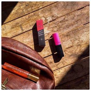 @pixycosmetics MATTE IN LOVE LIPSTICK⠀ ⠀ Apakah aku in love sama benges a.k.a lipstick ini? Ternyata iya dan sepertinya mau cari shade yang lainnya! Sebenernya aku lebih suka lipstick dibandingin lipcream. Soalnya kebanyakan matte lipstick itu gak kering kaya matte lipcream.⠀ ⠀ Iya saya tauuuuu, banyak matte lipcream yang lebih moist daripada matte lipstick, makanya saya nulis kebanyakan, gak semuanyaaa (kok jadi ngegas sih buk!). ⠀ ⠀ ⠀ Ketahanannya standar kaya lipstik pada umumnya, kalo kena minyak ya bablas sisters. Cuma karena aku gak masalah kalau harus reapply, ya tak jadi soal. ⠀ ⠀ Tapi ya, ini harganya tuh murah sister. Mboten awis (tidak mahal) blas kok.⠀ ⠀  Jadi bisa nih buat para cowo-cowo yang pengen ngasih hadiah buat gebetan tapi saldo lagi mefet, kasih ni! Siapa tau gebetan jadi In Love juga sama ente.⠀ ⠀ ⠀ #pixycosmetics #pixylipstick #pixymatteinlove ⠀ ⠀ #mattelipstick #lipstickmatte #lipstick #lipsticklokal⠀ ⠀ #beautiesquad #rangerratjun #kbbvmember #clozetteid #beautyblogger #beautyreview #lipstickreview⠀
