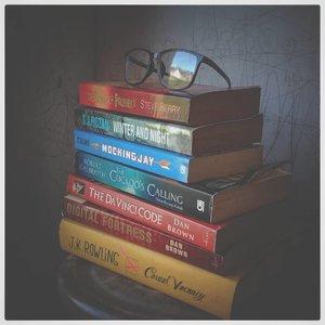 """Tumpukan bacaan (yang itu-itu aja) yang baru terbaca lagi itu baru 1 buku, itu pun baru beberapa halaman. Kadang tuh ya, kebanyakan list bacaan jadi bingung  mengawali yang mana dulu mau dibaca. Akhirnya malah gak ada yang dibaca, diliat doang sama difoto 😅.⠀⠀⠀Lihat buku-buku ini tuh jadi inget dulu pernah melakukan hal """"kriminal"""" di toko buku Gr**edia. ⠀⠀Dulu pernah ngejogrok di toko buku sampe 3-4 jam karena baca buku yang entah siapa yang buka plastiknya (sumpah bukan aku!), tapi aku tetep beli kok setelah duitku ngumpul. Sebenernya ya, aku kepengen ngatain yang suka buka plastik buku di toko buku, tapi aku juga ikutan baca karena bokek 😌😌. ⠀⠀⠀ Aku inget banget dulu itu yang aku baca adalah Kambing Jantan sama bukunya Meg Cabot yang aku lupa judulnya. Sama kalau gak salah Harry Potter yang cover kuning itu. ⠀⠀Ada yang punya pengalaman """"kriminal"""" yang sama? 😅😅😅. Jangan ya, itu jahat banget. Aku jahat banget dulu tuh! Tapi tetep punya sendiri kok, sumprit! ⠀⠀⠀#books⠀#clozetteID #buku⠀#bookphotography⠀#fadephotography⠀#koleksibuku #steveberry #sjrozan #jkrowling #danbrown"""
