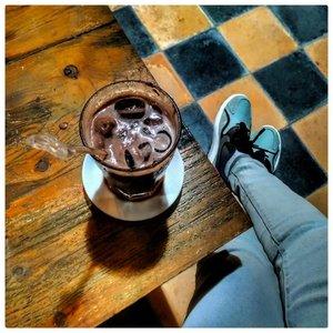 """Judulnya sih nongkrong di warung kopi. ⠀Tapi pesennya es coklat, 😌🤤.⠀⠀Nongkrong juga termasuk kegiatan #ramadhanproduktif gak sih? 🙄😁. Kalo nongkrong sama bikin bahan buat """"kerjaan"""" bisa dibilang produktif kan ya. ⠀⠀Ini tempatnya di @AuraKopi salah satu tempat ngopi di Ponorogo. Kalo sempet aku mau bikin blogpost tentang tempat ini, karena tempatnya cukup friendly buat anak kecil yang banyak tingkah 😉. Nunggu selesai ngedit fotonya dulu. ⠀⠀Yuk sisters, share kegiatan produktif kalian di bulan Ramadhan ini!  jangan lupa sertakan #BSxFanbo dan tag serta mention @beautiesquad dan @fanbocosmetics ⠀⠀Bakalan ada 10 pemenang lho. Mayan kan kalo dapet parcel lebaran dari Fanbo, 😁😁. ⠀⠀⠀#beautiesquad #fanbocosmetics ⠀⠀#clozetteID #budayakanngopi #AuraKopi #icechocolate #ponorogonongkrong #ponorogojajan ⠀ ⠀⠀"""