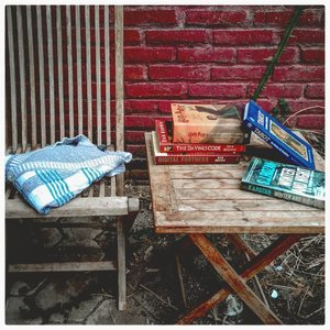 "Selamat malam Selasa! ⠀Udah siap-siap buat rebahan? ⠀⠀⠀Siapa yang ""me time"" nya itu adalah baca buku? Biasanya koleksi bukunya pasti lumayan yekhan! ⠀⠀Untungnya jadi orang yang gampang lupa itu salah satunya adalah kalau baca buku untuk yang kedua kali atau kesekian kalinya, bakalan gak bosen. Rasanya juga bakalan beda dibandingkan saat pertama kali baca. Jadi ngebayangin nya itu suasana dan lokasinya bakalan beda. ⠀⠀Kalian suka baca lagi buku lama kalian gak? Apa sih yang paling kalian kangen dari koleksi buku lama kamu? Kalau aku, aroma kertasnya, 🤣🤣🤣. ⠀⠀Kalian lagi pengen baca atau punya buku apa? Kalau aku lagi pengen banget baca buku Sherlock Holmes. ⠀⠀⠀⠀⠀#clozetteid⠀#books⠀#metime⠀#koleksibuku #harrypotter #davincicode #digitalfortress #winterandnight⠀"