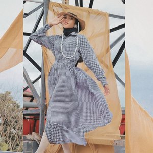 Btw tadi aku gelut sama angin, kenceng banget kain copot mulu 🤣 tapi aku happy karna pake LA ROBE Dress yang super cantik dari @simple.buttons 💕sesuka itu dressnya gemes banget , jujur bahannya adem kaya ubin mesjid 🥰🥰 #clozetteid #fashionhijabers