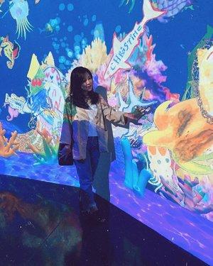 favorite spot aku di @futureparkjakarta adalah aquarium ini. jadi pengunjung bisa gambar binatang laut dan mewarnainya sekreatif mungkin. setelah itu kita bisa scan dan otomatis gambar binatang itu akan hidup dan berenang di aquarium gede ini. kecee banget kan🤗 nah pertanyaannya, ikan yang namanya christine ini punya siapa hayooo? 🤭✋🏻.......#ootd #ootdindo #clozette #clozetteid #weekend #weekendvibes #ootdfashion #ootds #styleoftheday #sossenseofstyle #beautyblogger #holiday #light #futureparkjakarta #futurepark