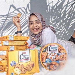 """Tips betah #dirumahaja selama pandemi adalah : """"Banyakin stock cemilan"""" , dijamin hari hari kalian tidak akan membosankan.Apalagi cemilan nya Serena Cheese Cookies yang lezat dari Khong Guan, itu lho cookies aneka bentuk dengan rasa kejuuuuu bangettt. Gak cukup makan satu, pasti mau lagi dan lagi.Selain Serena Cheese Cookies, aku juga sedia cookies Khong Guan lainnya seperti:🥨Serena Short Cake Cream Biscuits🥨Nissin Biscuit Duo, dan🥨Nissin Lemonia TwistPokoknya kalo udah makan biscuit dari Khong Guan gak bisa ngomong apa apa lagi deh saking enaknya. Makanya aku tulis aja pengalamanku cobain biscuit biscuit tersebut di http://www.syanaka.blogspot.com (klik link di bio utk langsung ke blog).Sttttt.....baca blog aku sampai habis ya, karena ada rahasia besar ttg nama nama biscuits yg aku aja baru tau gaes 😂😂#SerenaBiscuits #CheeseCookies #KhongGuan #ClozetteIDReview #ClozetteID------------------Btw thanks to @clozetteid @serenabiscuits Untuk kesempatan nya nyobain biscuit biscuit lezat dari Khong Guan"""