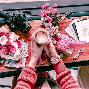 Hari ini anakku bagi rapor, pen nangis melihat anakku berangsur besar, masih gak percaya aku sukses jadi seorang ibu dengan segala kekurangan dan ke khilafan😂..Yo wes lah kita rileks dlu sambil menyusun next plan yg terbaik untuk nya..#latteart #flowerbouquetjakarta #flatlayindonesia #kopiindonesia #latteartindonesia #clozetteid #msl22jun20#cafejakartaselatan #jakartaselatan #flowershopjakarta#22HBL6#microblog #bagijurus#belajaredit#belajareditfoto#picsartedit