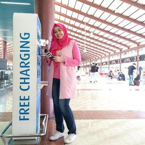 Pink ow ow teh dey.. . . . #clozetteid #clozettedaily #pinkootd #hijabootdindo #ootdhijab #airportootd #casualootd #gaudiootd