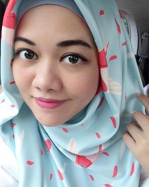 Today wearing hummingbird square silk hijab from @scaia.co looveee it 💙 . . . #momblogger #clozetteid