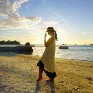 Throwback Time ke masa Island Living for the whole week😍. Ketemu sunset cantik setiap harinya sampai badan super tan🤩🤩.  Not forget to mention Canoeing plus Snoorkling every single day💛 Lagi mikir pasti sekarang laut dan pulaunya makin indah setelah buminya istirahat😘😘😘 . . Dear Earth have a Good Rest... Sooner or later we're gonna meet in better condition💋 . . 📸 @eka_vaganza  #ceritaperjalananicha #traveldiaryekannisa #travelingthroughtheworld  #TLPicks #travelandstyle #clozetteid #sonya6000