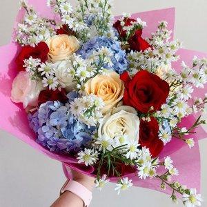"Yang sampai hari ini ngga pernah skip kasih bucket roses plus cheese cakes😍  padahal dulu bilangnya ""Aku ngga Valentinan.."" hahahah gotchaaa..👻Virgo memang begitu..terlihat cuek terlihat dingin padahal naturally sweet with no added sugar❤️Happy roses day @eka_vaganza 🌹#ceritaperjalananicha #roses #valentineday #clozetteid"