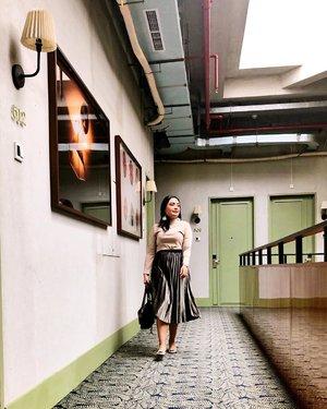 It's me walking on Monday be like💛 Jadi gimana nih mau di review ngga staying for 2 night at this @hotelmonopoli hotel 💋💁🏻♀️ . . #ceritaperjalananicha #hotelreview #clozetteid #jakartahotel #jktgo #jktgoodguide