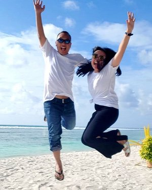 Is it a Dream? Because it feels so unreal when the sands touching up our feet. But when the sun hugging me so tight 🌞🌞🌞🌞 i Know it is 💕💕. So from now on Dora Diego the travelers ready to explore Maldivians Life 🤩.....#traveldiaryekannisa #doradiegomaldive18 #maldivesislands #travellingthroughtheworld #bestplacetogo #passionpassport #travelandleisuremagazine #travelandleisure #singaporeairlines #Tlpicks @travelandleisure @passionpassport #passionpassports #clozetteid