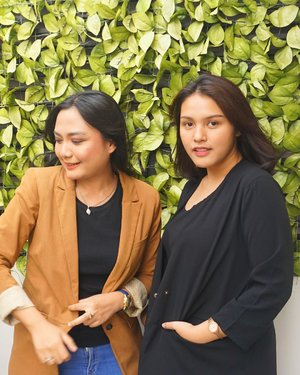 For the love of golden hour 🤩. Us at the @popbela_com community . Hola sunshine 🌞. . . . Taken by icaa ica i love you @astrids03 💋 . . . #popbelacom #clozetteid #potd #goldenhour
