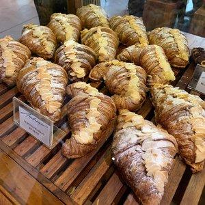 Hujan-hujan mau lanjut ke #CeritaCroissant 😍Kali ini #CeritaCroissant dari kota Bandung. Kalau biasanya ke Bandung oleh-olehnya brownies atau batagor kalian wajib cobain Croissant dari @patisserieambrogio . Dijamin langsung bungkus kayak aku😍😁.Tipe kulit pastrynya crunchie dan empuk banget waktu digigit. Hebatnya croissant ini dimakan besoknya bahkan lusanya masih enak. Makanya sampai aku bawa ke Jakarta babes😍😍😍Tipe croissantnya bisa dipanasin di Pan ataupun Microwave. Ngga akan jadi lembek atau keras. Ngga paham ya adonan kulit pastrynya aman gitu ngga gampang rusak. Anyway inituh aku sama Mas Ubuy udah makan di tempatnya terus masih bungkus lagi dan besoknya balik lagi bawa ke Jakarta. Can you imagine how I love this @patisserieambrogio croissant🤩🤩🤩Recommend wajib kalian coba itu Butter Croissant, Almond Croissant, Danish dan Banana Croissant. Ternyata Bandung punya surga Croissant yang seenak ini dan juga affordable😍#ceritacroissant #qraveid #foodstagram #bandungfoodies #bandungkuliner #clozetteid