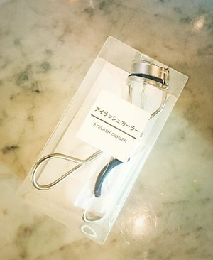 Buat yang suka jepat jepit bulu mata..maybe you should try this One ☝🏻☝🏻☝🏻. Eyelash Curler by @mujiindonesia selain ringan, efek lentiknya bagus, harganya juga affordable 🤩🤩🤩. Specially if you guys love travelling this one will fit in your pouch perfectly👌🏼. . . . . #beautyhaul #eyelashcurler #beautymusthaves #muji #whatsinmypurse #beautysecret #magictools #clozetteid #beautybloggerindonesia #flatlay