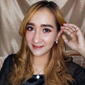Makeup simple untuk photoshoot... Detail riasan mata ada di slide sebelah ya..  So simple tapi terlihat fresh☺ Lipstik nya pakai 2 layer, pertama pakai Lakmee yang Mini Matte Lip Crayon Peach lalu di timpa pakai O.Two.o Lipstik&Liquid Lipstik yang shade RGLL08 😍  #faceart #facepainting #faceartmakeup #facearts #makeup #makeupideas #makeuplook #makeupbyme #makeupfaceart #facepainting #facepaint #facepaintingmakeup #art #makeupsilviameyer #makeupinspiration #cchannelid #cchannelbeautyid #cchanelmakeupid #clozetter #clozette #clozetteid #beautyideas #beauty #beautytips #beautyvlogger #beautybloggers #beautyinfluencer #beautyeditorial #beautygram #tampilcantik #JakartaBeautyBlogger