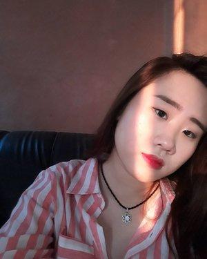 Feeling sunkissed ㅡ Face: @pixycosmetics bb cream #cream @thesaemid tip concealer #1.5 @missha.official undereye brightener #1 @thebalmid How 'bout them Apples? #pie @maybelline cheeky glow #peachysweetie ㅡ Eye: @nyxcosmetics_indonesia Eyebrow cake powder #ECP05 #Brunette @w.labglobal_official Pocket Eyeshadow Pallete #Blooming @etude_official Drawing Show Brush Liner #Black ㅡ Lips: Château Labiotte Wine Liptint #RD01 ㅡ Aku terinspirasi dari cewe cewe korea yang kemarin aku ketemu di acaranya cosmobeaute, rata2 mereka punya kulit yang BAGUS PARAH, dan ada final touchnya lippies warna cerah juga.  ㅡ Kalo aku pribadi emang sukanya basenya tipis2 aja ga tebel, that's why i choose bb cream instead of foundation.  Aku pilih eyeliner yang langsung bentuk spidol karena aku sendiri kalo makeup lama di eyeliner, kalo pake spidol lebih ringkas aja gitu. Bentuk eyelinernya juga aku ngikutin bentuk mata aku yang cenderung monolid.  Pake blush is a must ya biar ada rona rona di pipi.  For lips, biasa aku emang seharian dikampus jadi sengaja pakenya liptint, biar awet 💖💕💞💝 gradient lips kalo kata eonni korea  This is my daily to go look, and also my submission to #catricexibv #catriceidcompetition wish me a bunch of luck ya! . . #makeuplook #koreanmakeuplook #dailymakeup #instablogger #monolid #beautyblogger #makeupjunkie #beautyenthuasiast #indonesianblogger #clozetteid