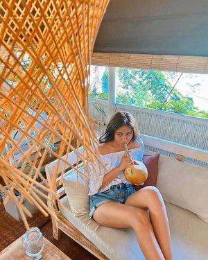 "Sesungguhnya di balik gantungan bambu ini ada couple yg sengaja ditutupi biar gue ga keliatan ""terlalu single"". Begitu. Sekian. Terima kasih🙂...............#clozetteid #happy #goodvibes #balibible #bali #instagood #healthyfood #instadaily #healthylifestyle #instalike #lifestyle #ootd #bamboo #morning #mood #travel #indomodel #coconut #vacation #island #ubud #life"