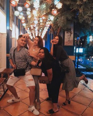 Cabe-cabean Kemang🙂♥️............#friends #bff #clozetteid #positivevibes #beautiful #instagram #instapic #instagood #instamood #instadaily #hangout #night #nightout #arabian #college #life #goodtimes #lovely #girl #weird #silly #fun #kemang #youtube #gorgeous