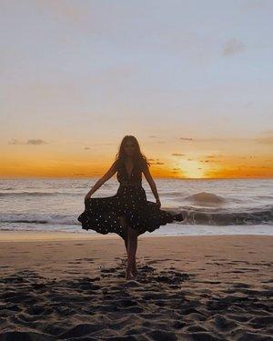 Ratu Pantai Batu Belig ceunah, kostumnya polkadot. Matching bgt parah🙂🌴🌊.......#clozetteid #balibible #bali #instagood #video #girl #instadaily #instamood #view #model #ootd #fashion #vivavideo #mood #slowmotion #beach #sea #island #instavideo #instavid #island #baligasm #sunset #polkadots