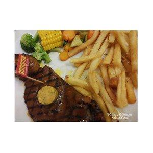 Steak dengan keju #kekinian @sonomaresto . This is New York steak with sirloin and french fries 😀😀 . #alca_food #goodfoodgoodlife #foodblogger #culinary #kuliner #clozetteID . Points : 4 / 5