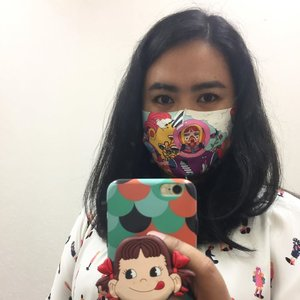 Another day, another cloth face covering fashun. I really thank @maskeruntuk.id for initiating this project with lots of local artists and local clothings. By buying the mask, I also donate 3 masks for those who need yet appreciate the local artists/brands for their works. So far, @dielamaharanie's is my favorite 💕 . . . #maskeruntuksemua #youxcottonink #clozetteid