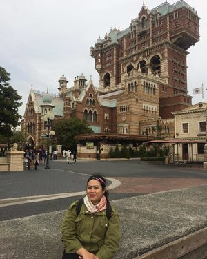 The infamous Tower of Terror. See, Tokyo getting windy even my hair couldn't handle it. Zipped my jacket tightly along with the neck scarf. It was sunny and windy at the same time 🍃 . . . #wheninTokyo #DisneySea #TokyoDisneySea #TowerofTerror #wyntraveldiary #leisure #travel #clozetteID #latepost