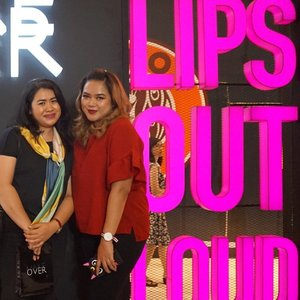 Finally got a chance to meet her in person! Rissa aka @lippielust, my super humble lip swatcher! I've been adoring her fawless skill since years ago, I sure envy her perfect pout 💋 Thank you, Rissa @makeoverid @beautyjournal for the opportunity! Keep (lip) swatching! 💄💋❤️ . . . #beautyjournalsociolla #MakeOverXBeautyJournal #makeoverid #colorcentricweek #clozetteid #fdbeauty #lipsoutloud #lipstickjunkie #lipsticklover #lipstickaddict