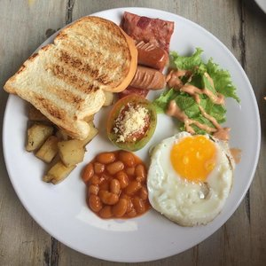 Sunday morning feast: @summerbirdhotel English style breakfast in a plate. All is good!  #foodporn #englishbreakfast #morningfeast #summerbirdhotel #travel #foodies #shortgetaway #sunnysideup #clozetteID