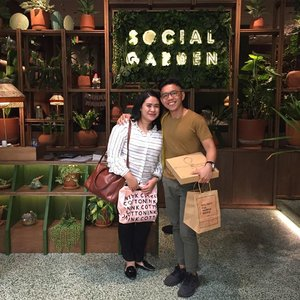 Last October 2019, me & @danchh28 paid a visit to @social.garden, the brand new addition of @ismaya. It's replacing Kitchenette which relocated to Senayan City LG. I admired the green forest concept in decent composition. _ We ordered quite a lot that night. Sweet Korean Fried Chicken as starter, perfectly fried with kimchi dipping sauce and Parmesan Cauliflower Salad which had crunchy texture, showered by grated parmesan. For drink, I chose Social Specialteas: Floral. It was naturally sweetened by the flowers. _ For main dishes, I ordered Tiger Prawn Spaghetti Aglio Olio while Daniel opted for Beer-Battered Fish and Chips. I enjoyed evey spoonful of the spaghetti, generous portion with breadcrumbs topping, tasty Tiger Prawan, but quite greasy a bit. We ended the supper with Gluten Free Berry Cake, less guilty ✨ . . . #socialgardenjkt #ismayagroup #explorejakarta #jktinfo #jktfoodie #clozetteid
