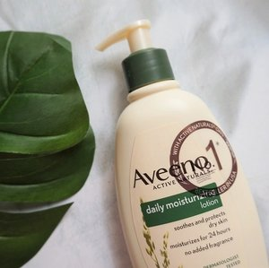 New post is UP on the blog! It's everyone's favorite @aveeno_id Daily Moisturizing Lotion. It soothes and protects the dry skin who needs extra moisture. Eventho it's quite pricey compare to other brands, it's worth every penny you've spent. Read more about Aveeno Daily Moisturizing Lotion on my blog, link on bio 🍃 . . . #mrshidayahpost #mrshidayahreview #Aveeno #AveenoID #bodycare #skinrelief #dryskinrelief #clozetteid #AveenoSkinJourney #SkinHappy