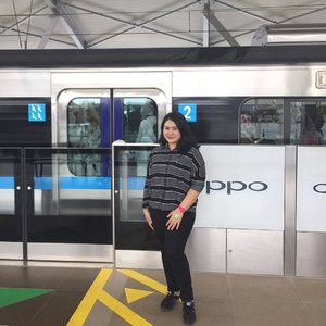 Setelah Singapore, Bangkok, Hong Kong, Tokyo, Seoul, akhirnya ngerasain naik MRT di Jakarta! Excited banget bisa ikut uji coba @mrtjkt bareng teman-teman kantor. Kebetulan banyak karyawan kantoran yang punya tujuan yang sama: memanfaatkan istirahat makan siang dengan menjajal Ratangga. Naik dari Stasiun Setiabudi Astra, turun di Cipete Raya, lanjut ke arah Bundaran HI ✨...#MRTJakarta #UbahJakarta #clozetteid #youxcottonink