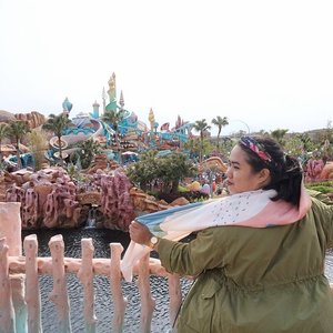 My kind of #throwbackthursday Tokyo DisneySea edition. Butuh 1,5 tahun menuliskan pengalaman berkunjung ke amusement park satu-satunya di dunia ini. I found it kinda hard to recall those memories, it reminded me of both happiness & sadness at the same time. _ Here I was at my ultimate favorite place: Mermaid Lagoon 🧜🏻‍♀️ Just click link on bio 🧜🏻‍♂️ . . . #mrshidayahpost #wyntraveldiary #tokyodisneysea #exploretokyo #explorejapan #travelgram #holiday #leisuretime #clozetteid #disneyseajapan