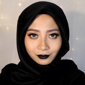 Fyi, ini yang di bibir eyeliner lohhh. Lagi pengen pakai lipstick hitam tapi nggak punya lipstick hitam ya jadinya gini deh. 😋#clozetteid #makeup #starclozetter #beauty #bblogger #bvlogger #blacklipstick #blacklips #universodamaquiagem_oficial #wakeupandmakeup #hijabi #muslimahapparelthings #hijabchic